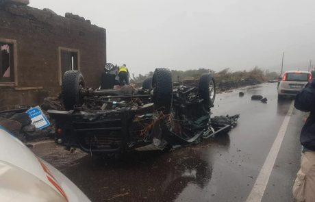 Tornado na italijanskem otoku prevračal avtomobile in terjal dve žrtvi