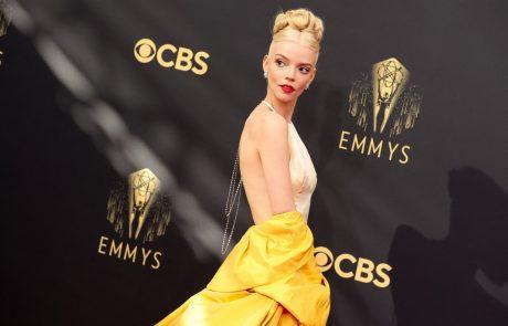 Emmyja za najboljšo televizijsko dramsko serijo prejela Krona, glavna igralka blestela tudi na rdeči preprogi (foto)