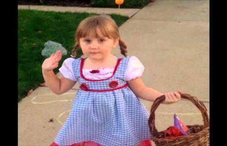 Punčka je na lastni koži ugotovila, da je noč čarovnic lahko prav strašna! (video)